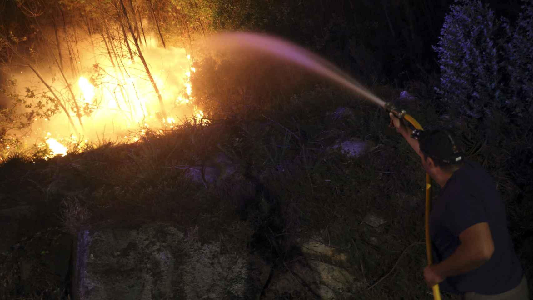 Un incendio en los montes de A Portela, en el límite con Pontevedra.