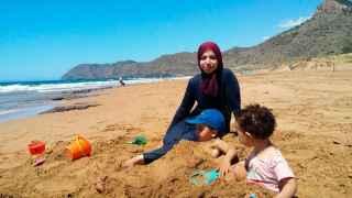 Laila Rattab con su burkini en una playa junto a sus hijos.