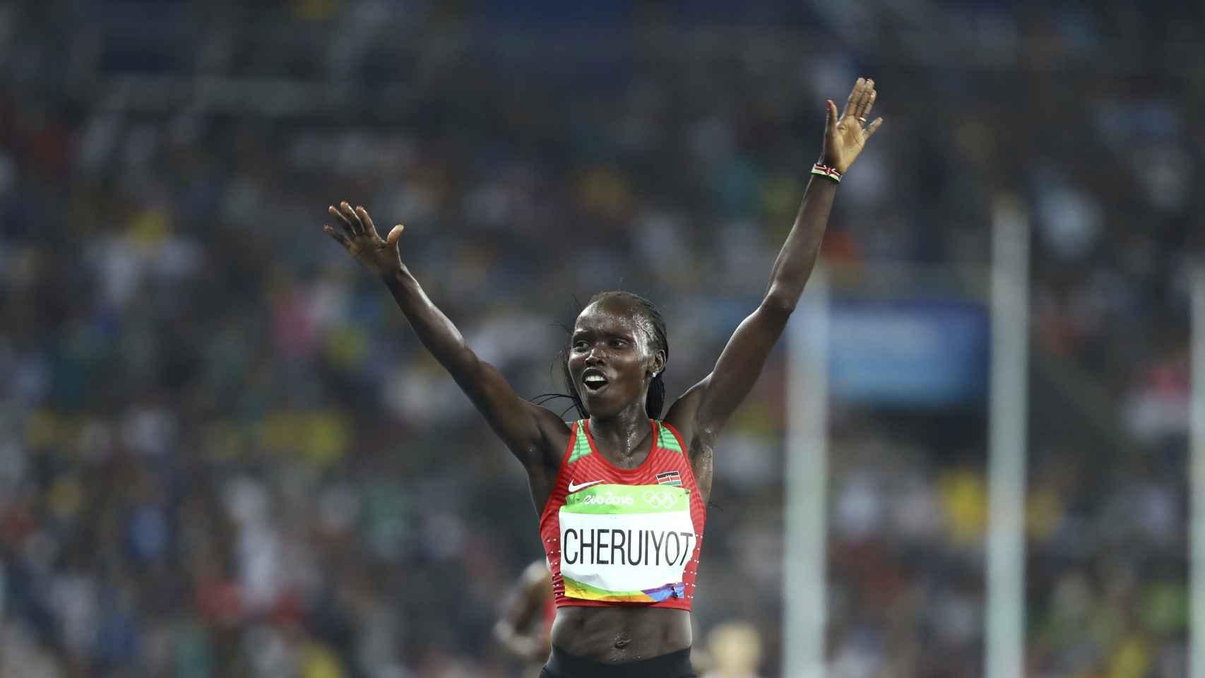 Cheruiyot celebra la medalla de oro en los 5.000 metros.