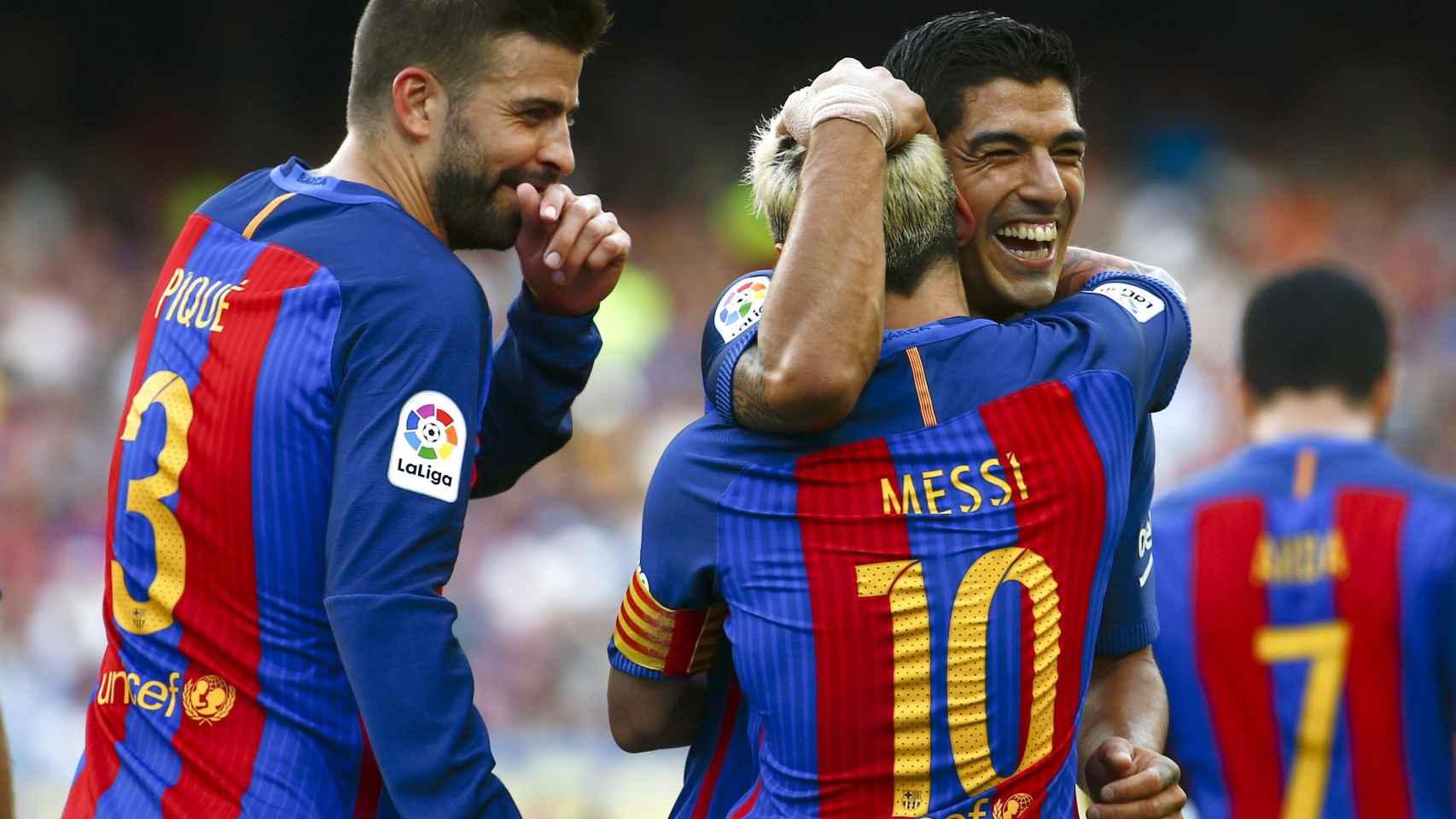 Luis Suárez celebra con Messi uno de sus tres goles.