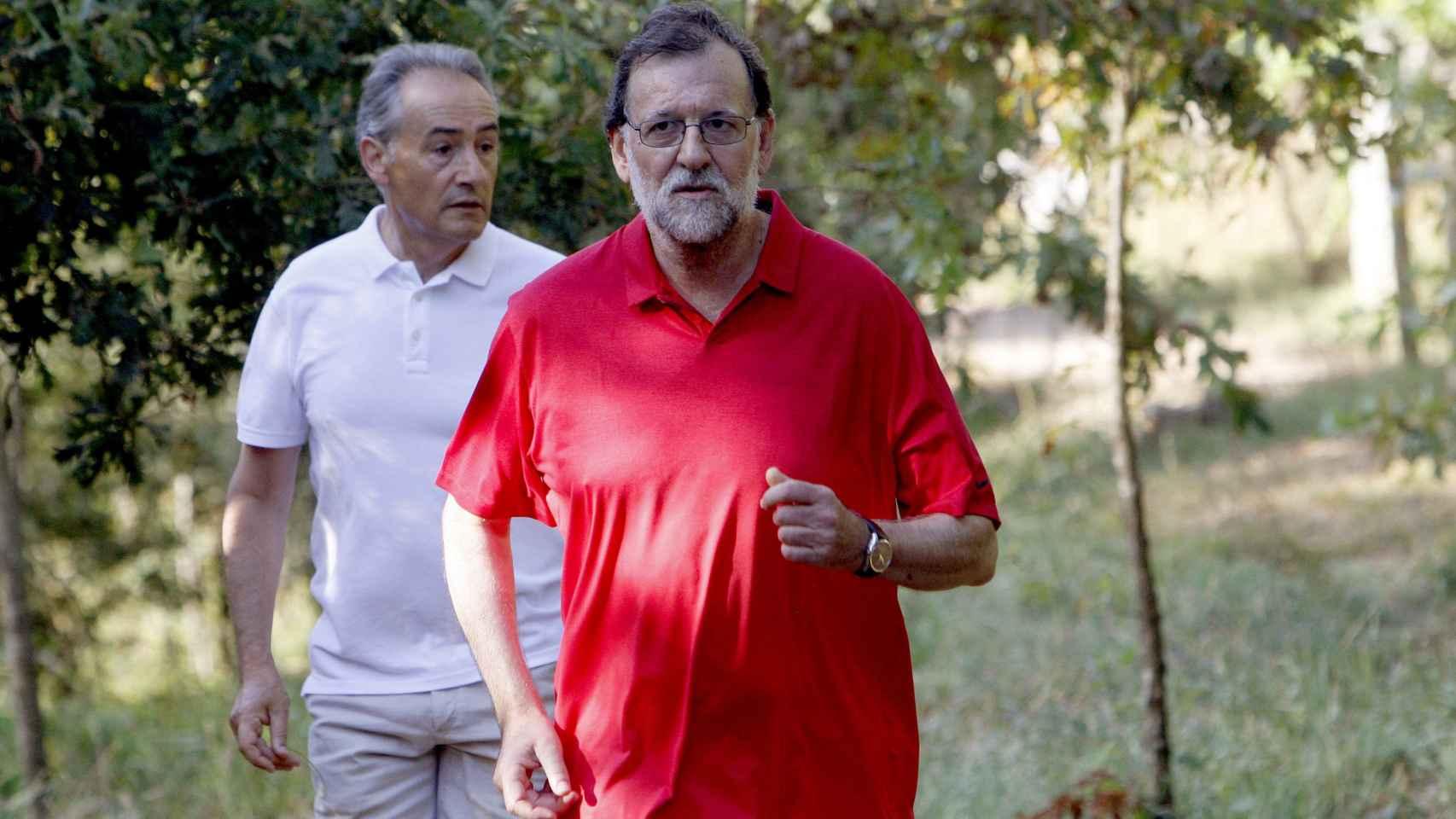 Rajoy, durante una de sus caminatas vacacionales.