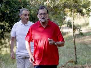 Mariano Rajoy junto a José Benito Suárez, marido de Ana Pastor, en su recorrido por la ruta del río Umia