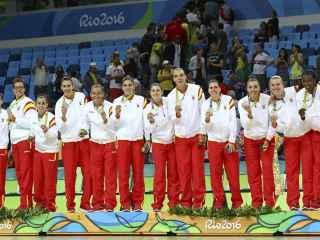 Las jugadoras españolas celebran su medalla.