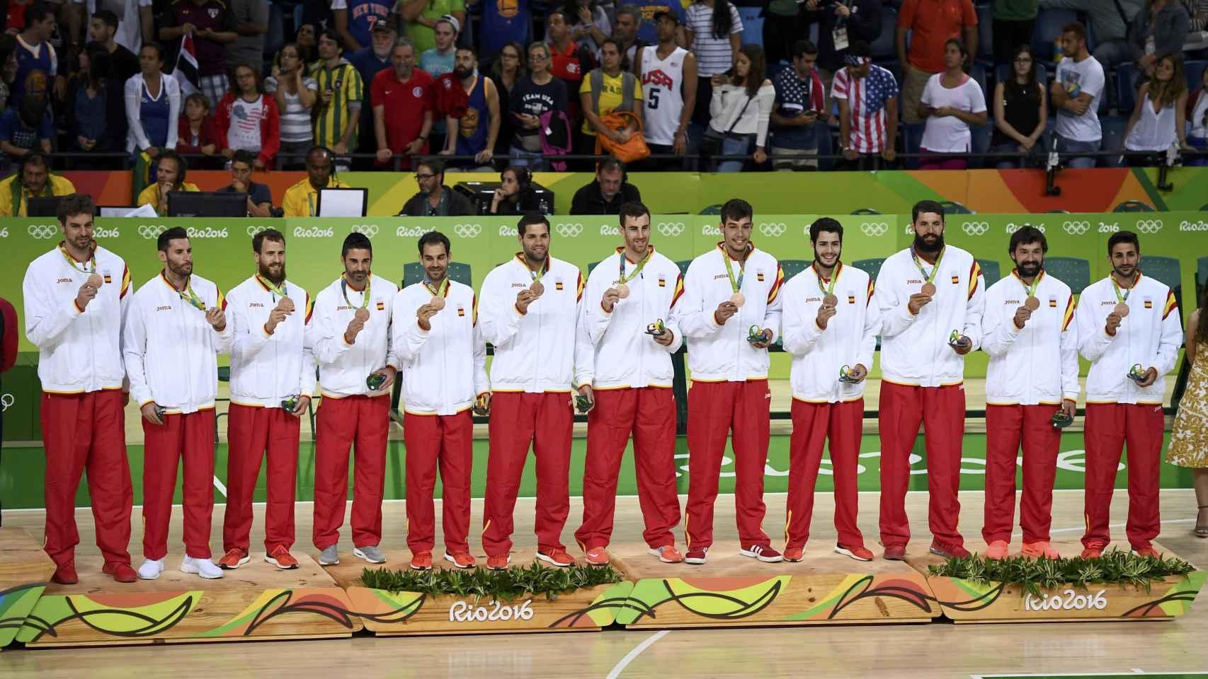 Los jugadores españoles en el podio olímpico con el bronce.