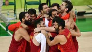 Corrillo de España tras el bronce contra Australia.