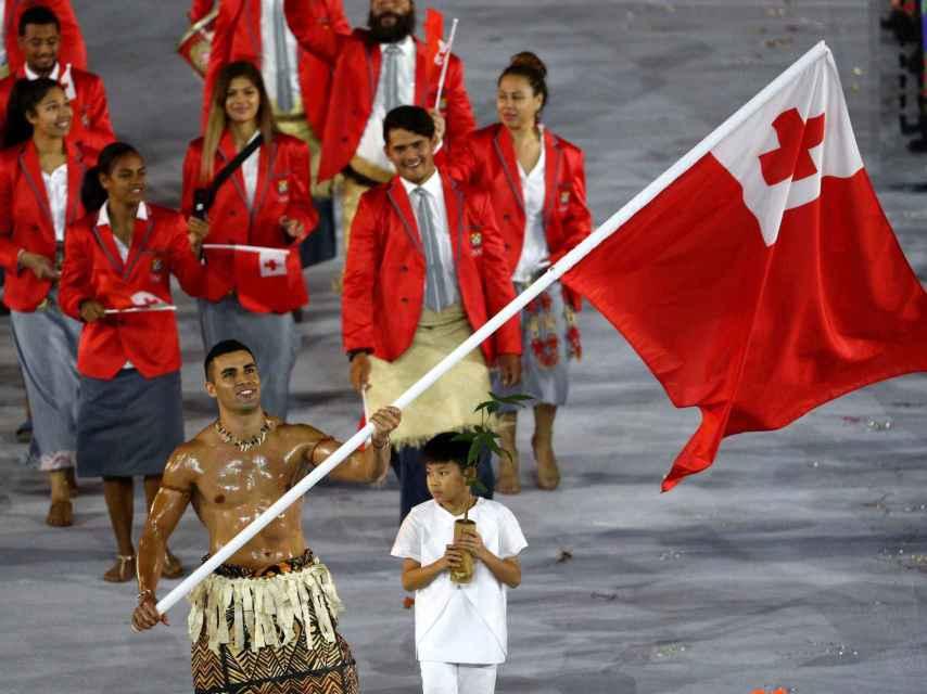 El abanderado de Tonga durante la ceremonia.