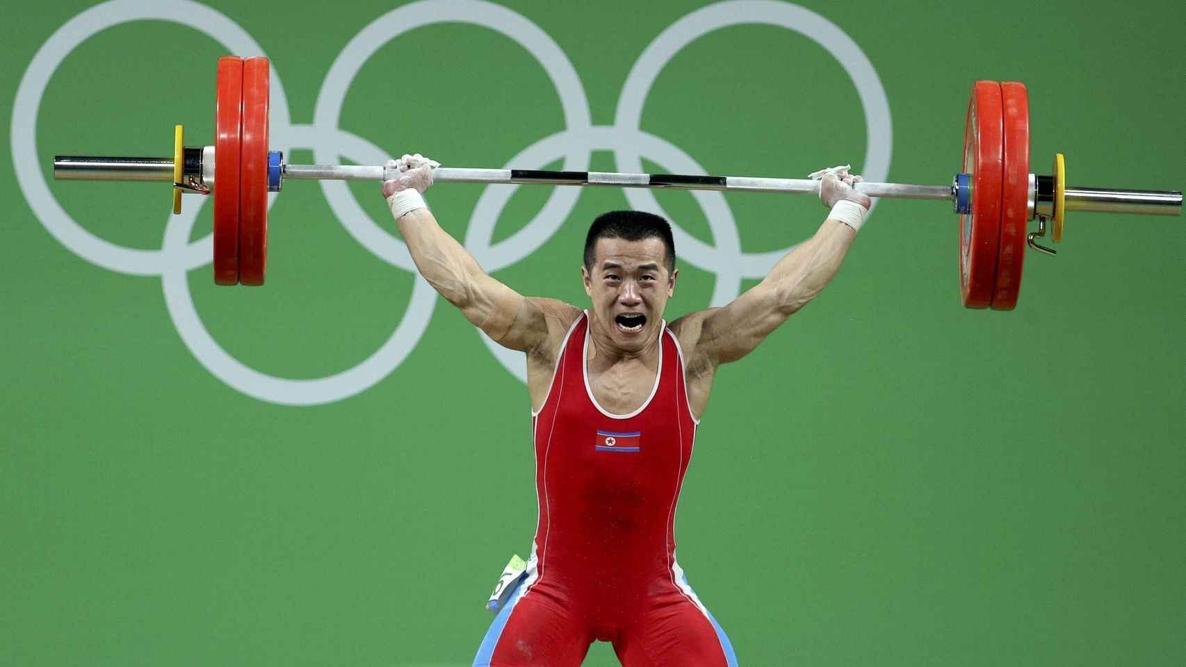 Om Youn-Chol levanta las pesas.