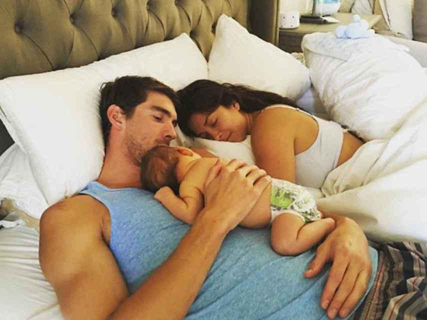 La familia Phelps al completo relajados en la cama.