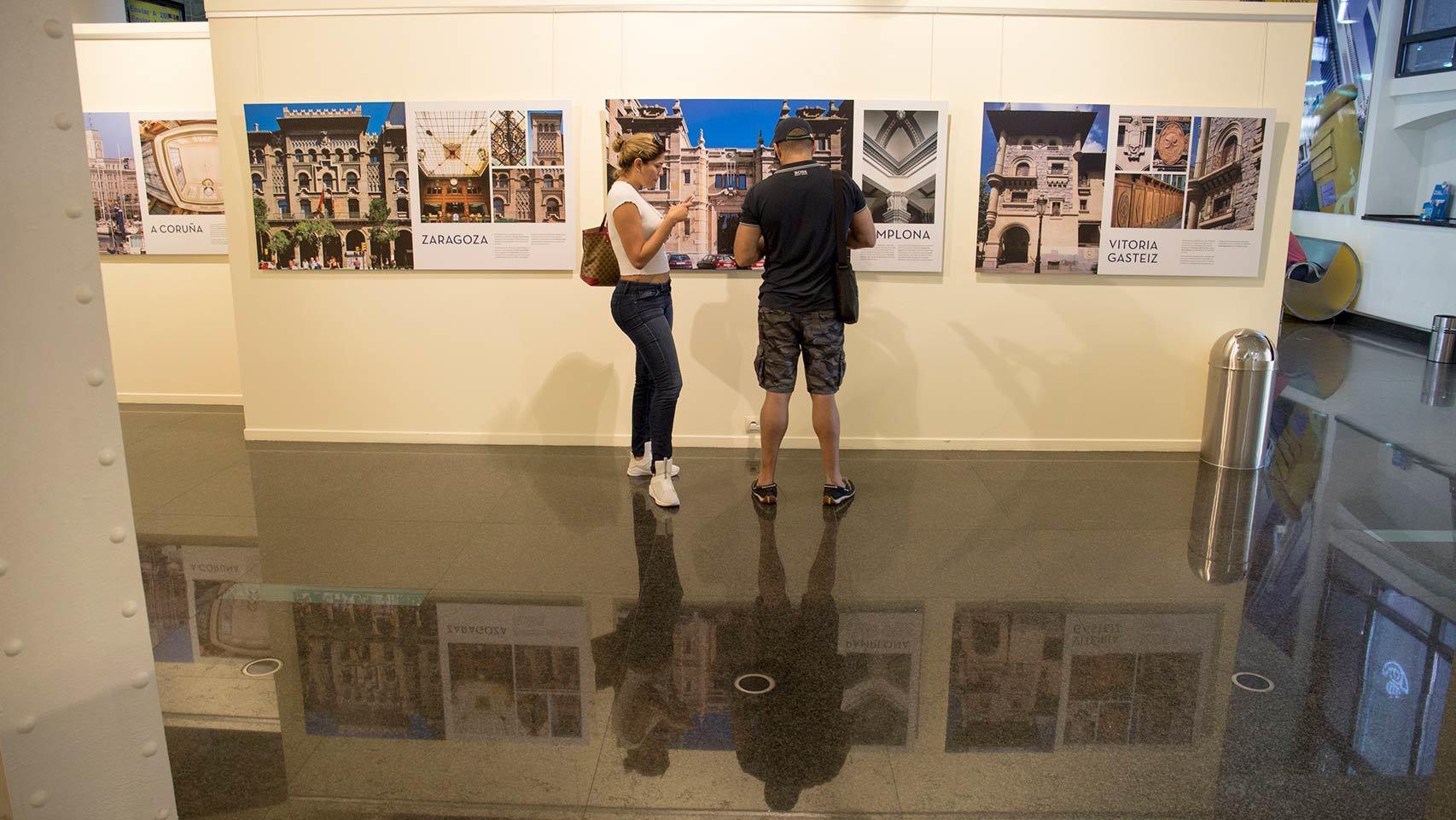 Dos personas visitan la exposición.