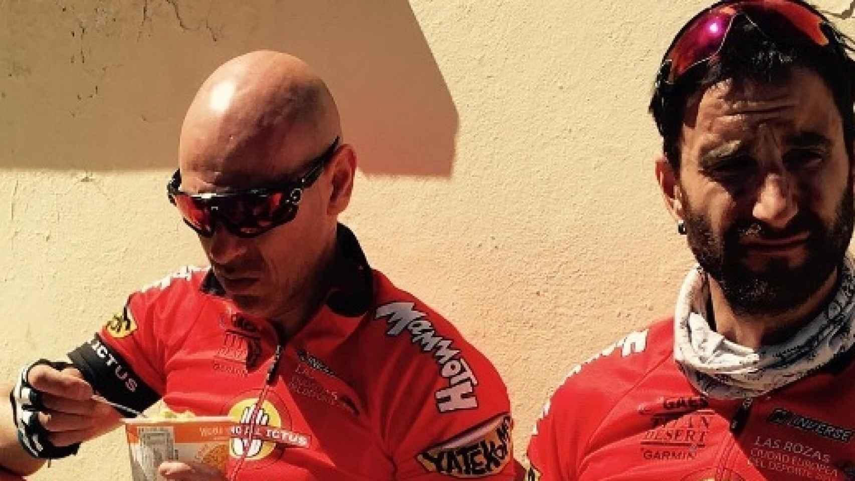 Martin Giacchetta junto a Dani Rovira, en un descanso de la Titan Desert 2016.