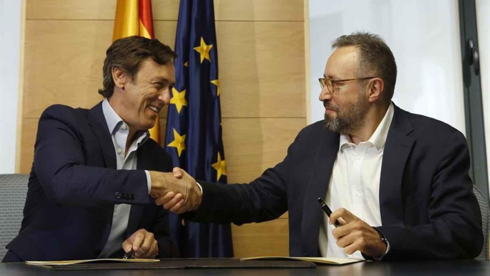Los portavoces parlamentarios del PP, Rafael Hernando (i), y de Ciudadanos, Juan Carlos Girauta (d), durante la firma del pacto anticorrupción/ Juan Carlos Hidalgo/ EFE