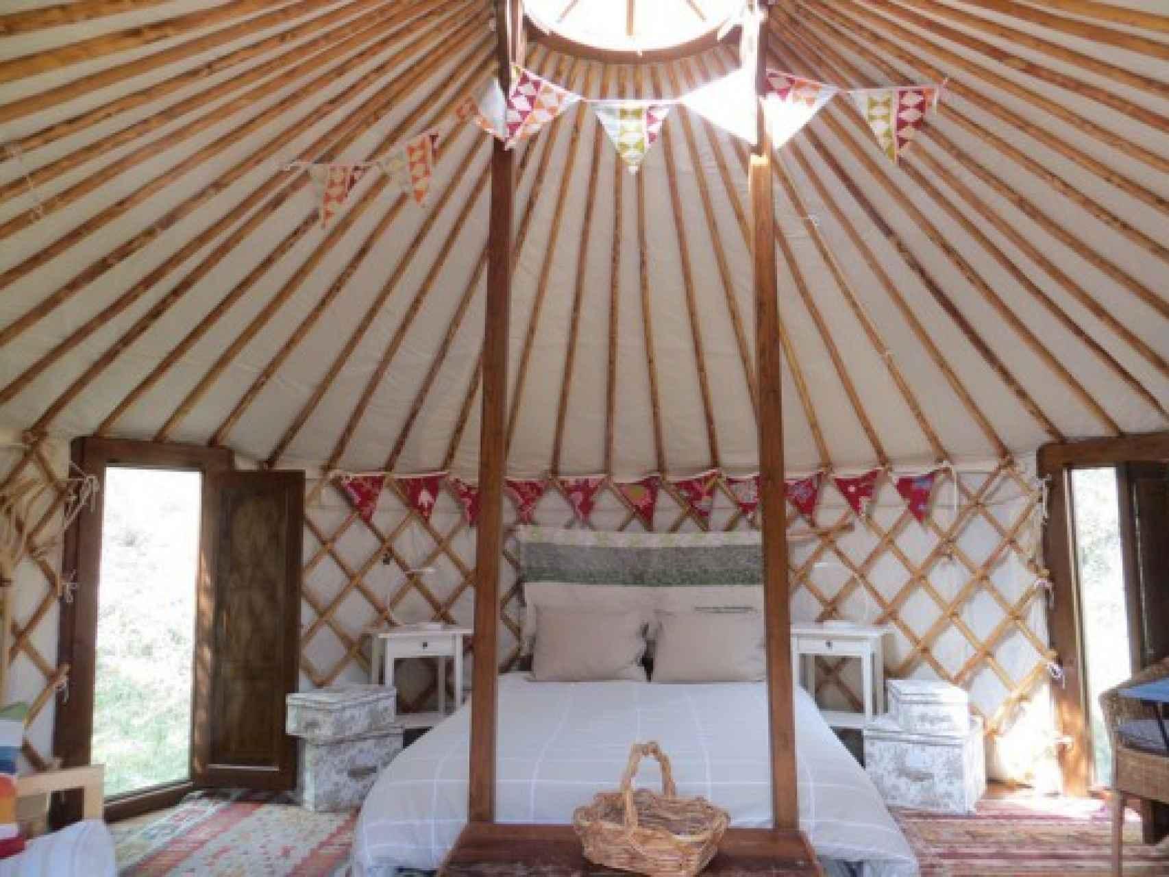 Dentro de la yurta encontrarás diferentes ambientes en un espacio diáfano.