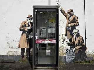La obra de Banksy Spy Booth en la localidad de Cheltenham.