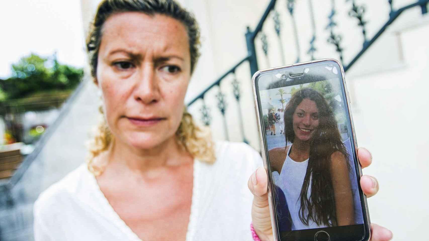 La madre de Valeria Quer, Diana López-Pinel, con una foto de su hija mayor, Diana.