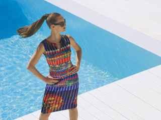 La modelo lleva un vestido de la marca Joseph Ribkoff.