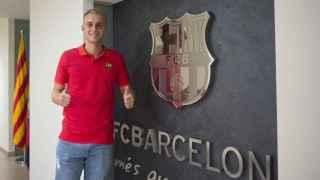 Cillessen posa en las oficinas del FC Barcelona.