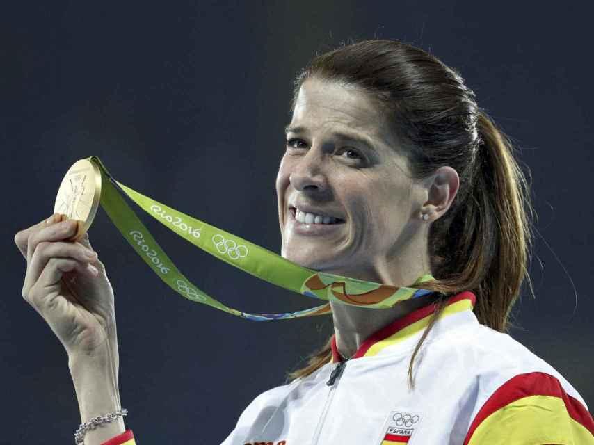 Ruth Beitia con su medalla de oro en el podio olímpico.