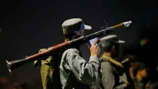 Un policía afgano durante el ataque a la Universidad Americana de kabul.