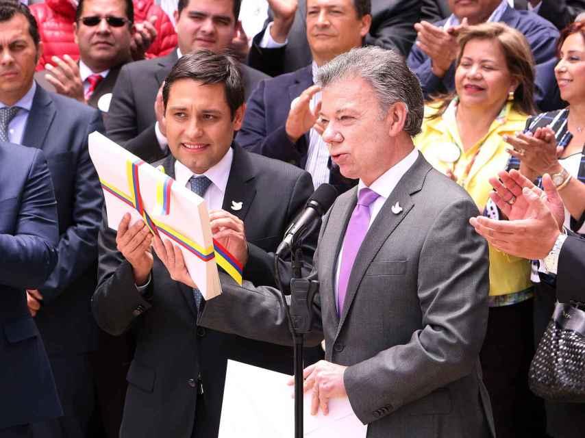 Santos entrega el acuerdo de paz al Congreso colombiano.