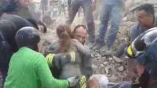 El momento del rescate de la niña que ha permanecido 16 horas atrapada.