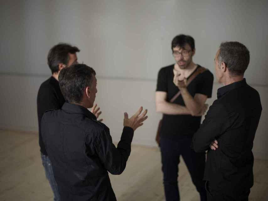 Los creadores de la iniciativa pasen por los pasillos del teatro.