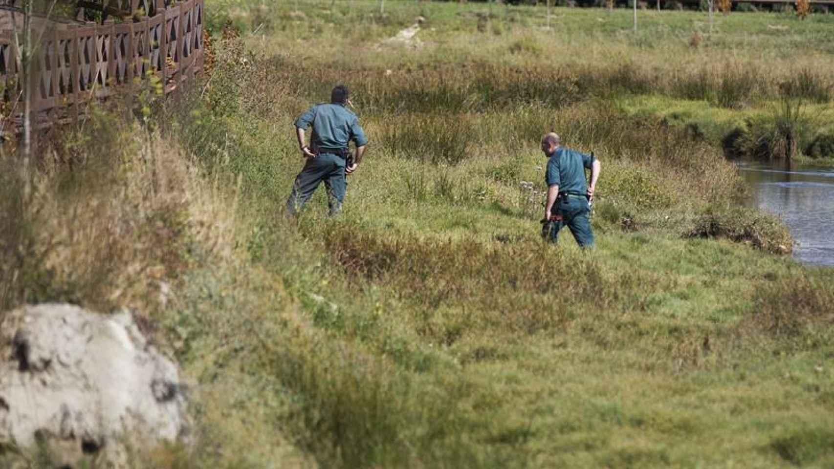 Agentes de la Guardia Civil peinan la zona próxima al domicilio de Diana Quer.