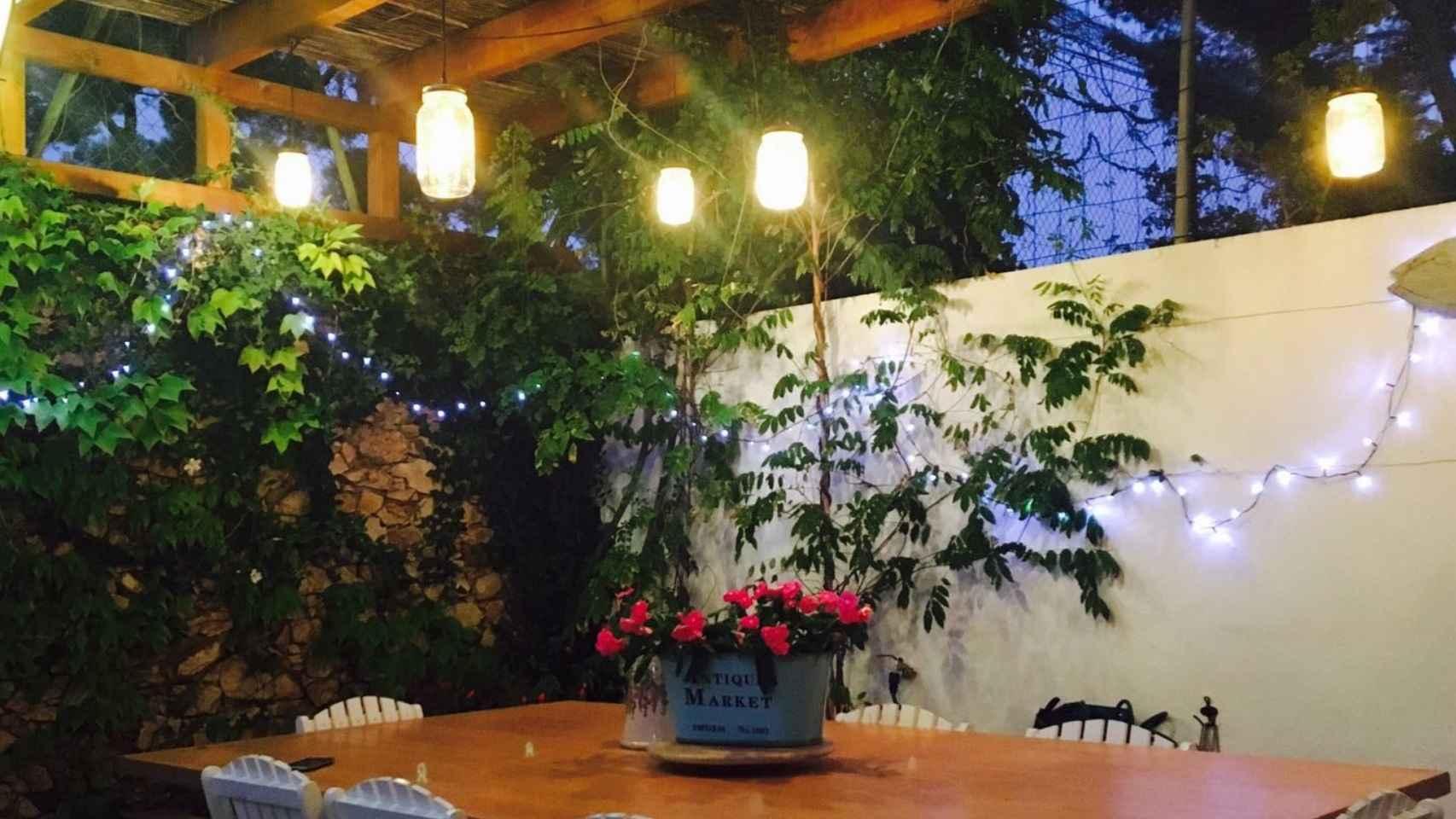 Tarros de cristal como farolillos, en la casa que fue del escritor Tom Sharpe en la Costa Brava, ahora renovada. Se alternan con una guirnalda de mini bombillas de luz fría.
