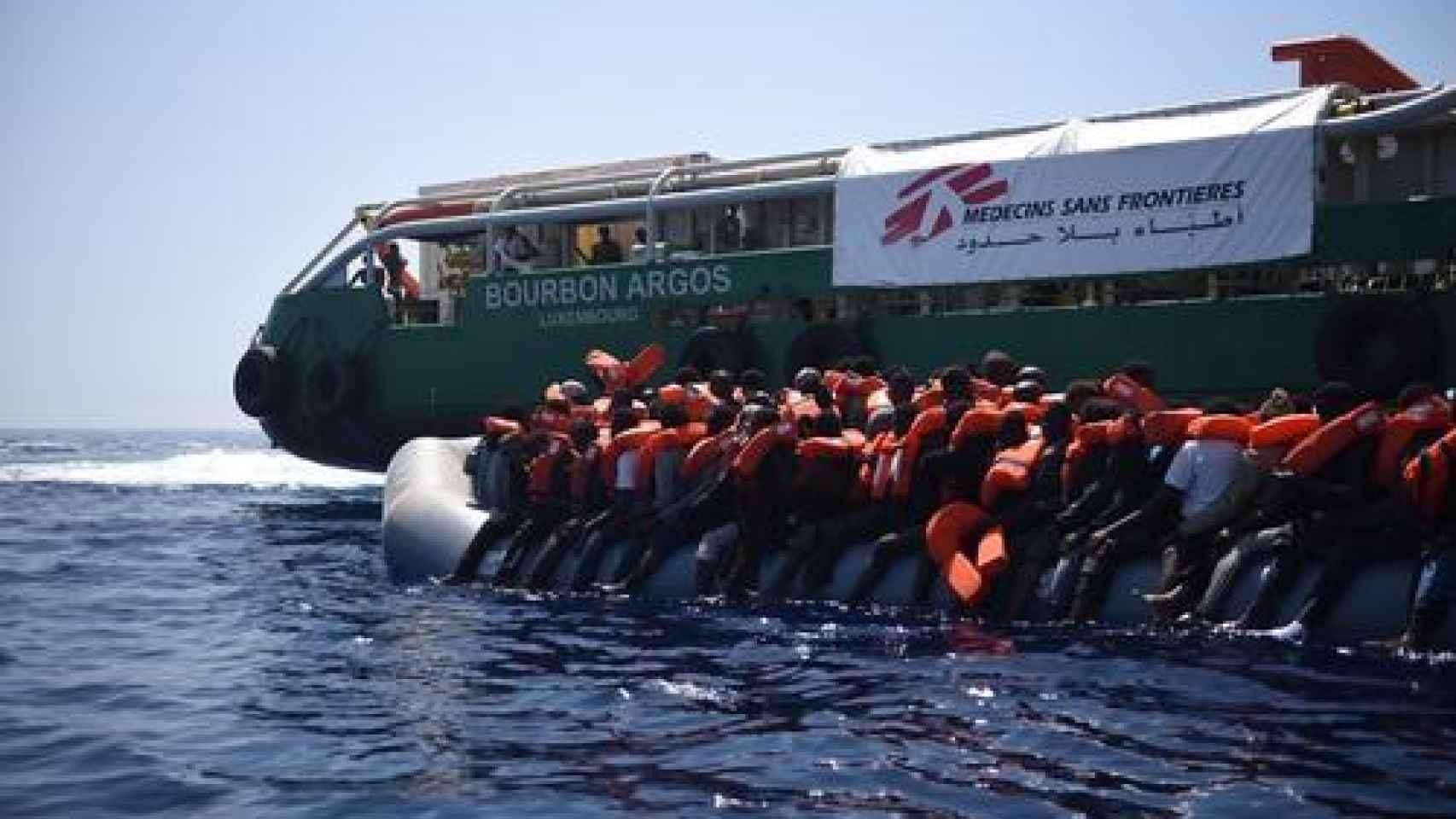 El Bourbon Argos durante una operación de rescate en el mar.