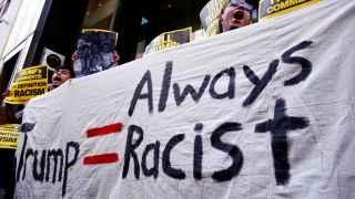 Varios manifestantes protestan contra Trump llamándole racista.