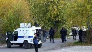 Un grupo de policías llegan al lugar del atentado en Cizre (Turquía).