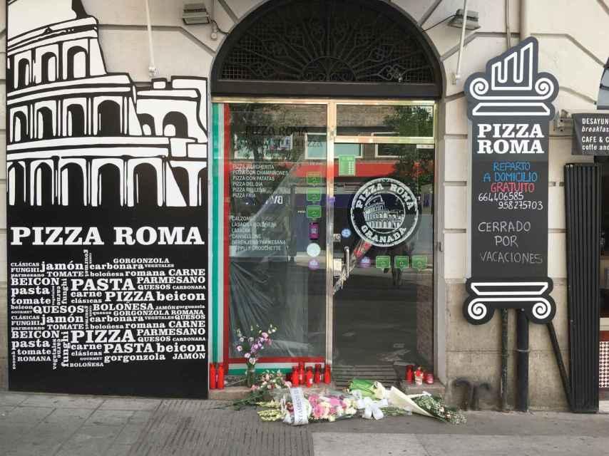 La puerta de Pizza Roma se ha convertido en un improvisado altar.