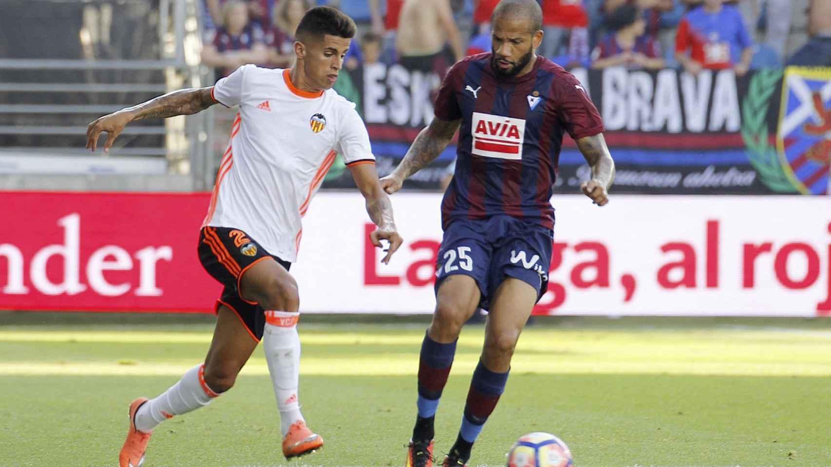 Joao Cancelo y Bebé en una acción del encuentro.