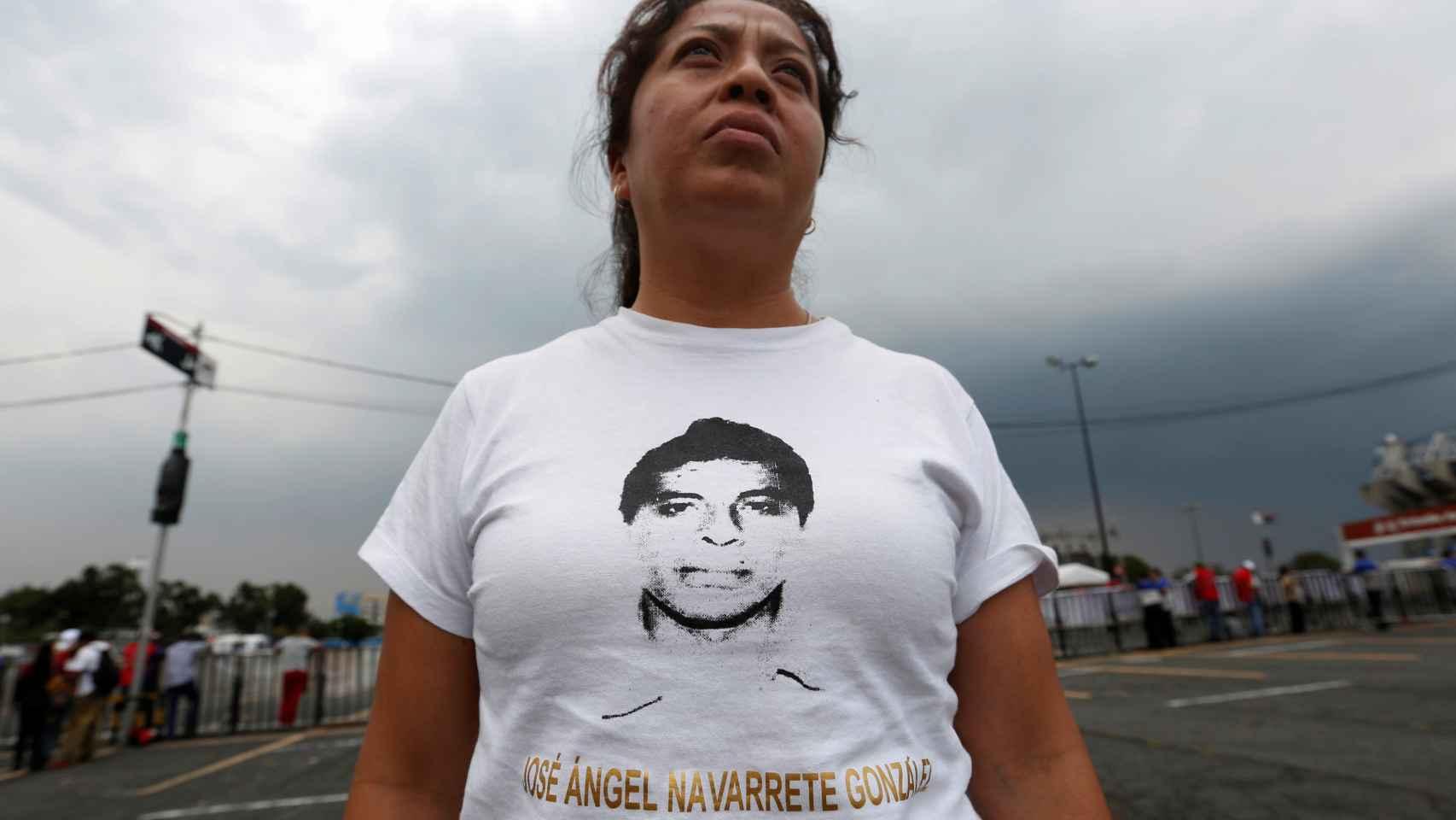 La madre de uno de los desaparecidos en Ayotzinapa con una camiseta de su hijo.
