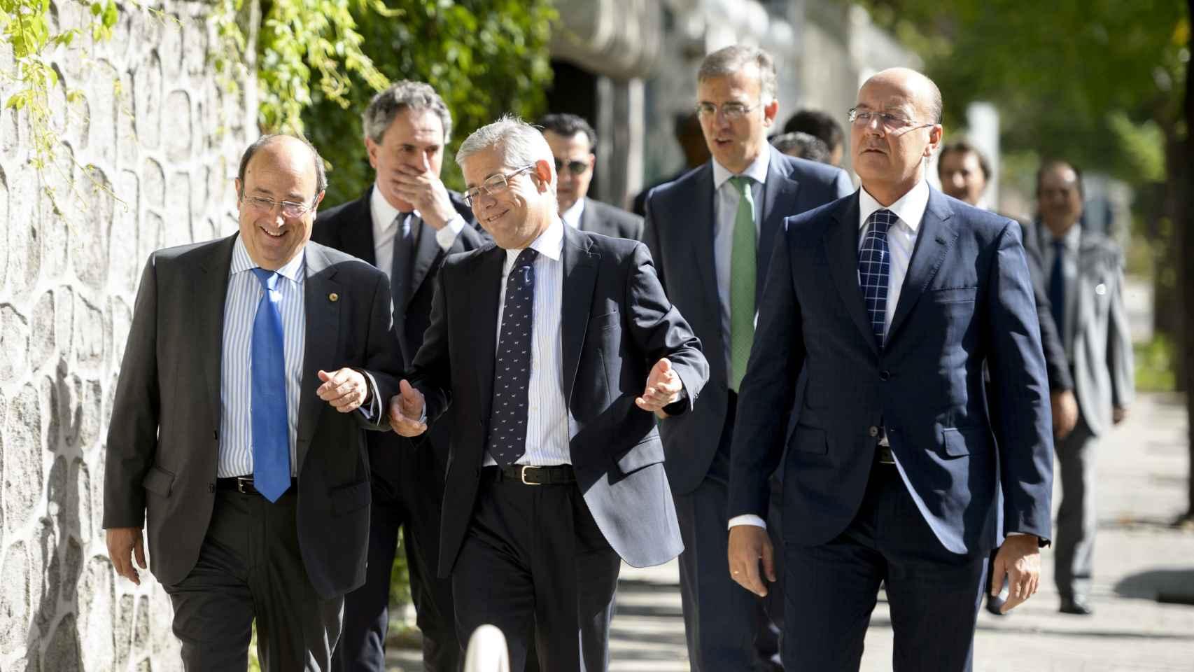 Accionistas de El Corte Inglés a la entrada de la junta de este domingo.