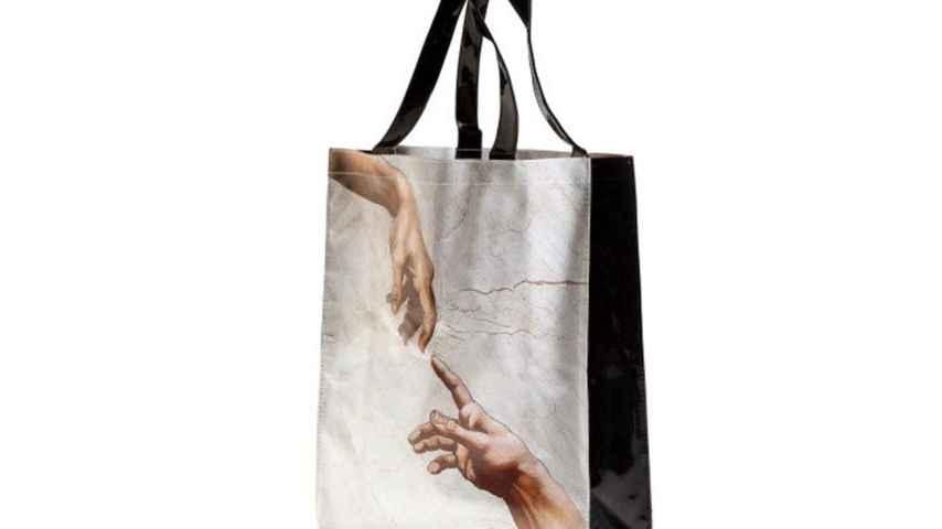 Una bolsa Sixtina, con la creación de Adán estampada.