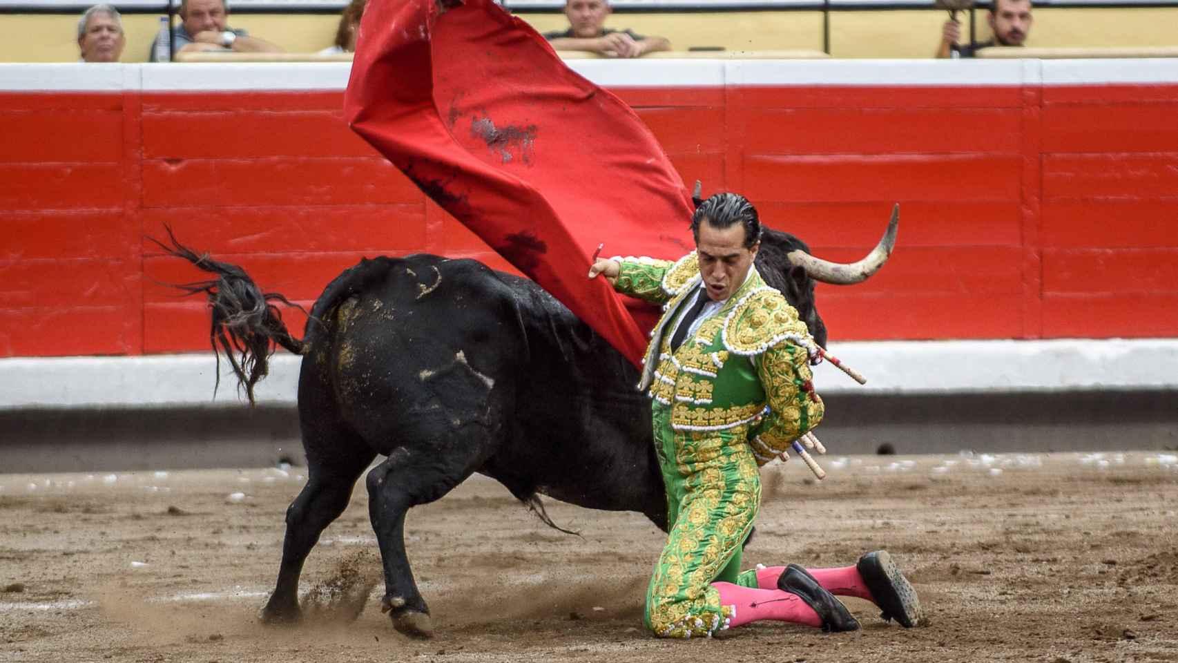 El diestro Iván Fandiño en su primer toro compartiendo terna con Diego Urdiales y David Mora.