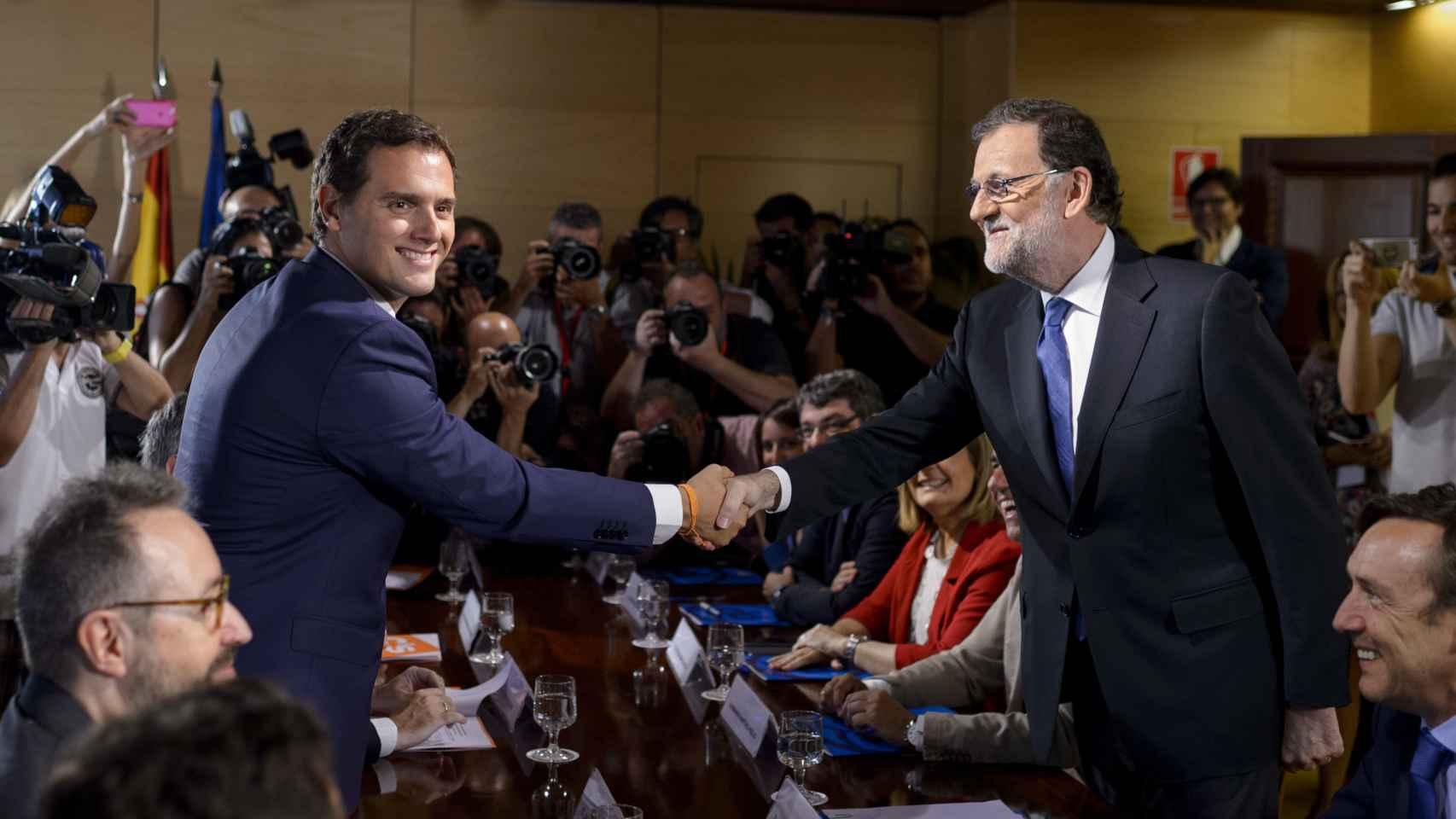 Albert Rivera y Mariano Rajoy durante la firma de su acuerdo.