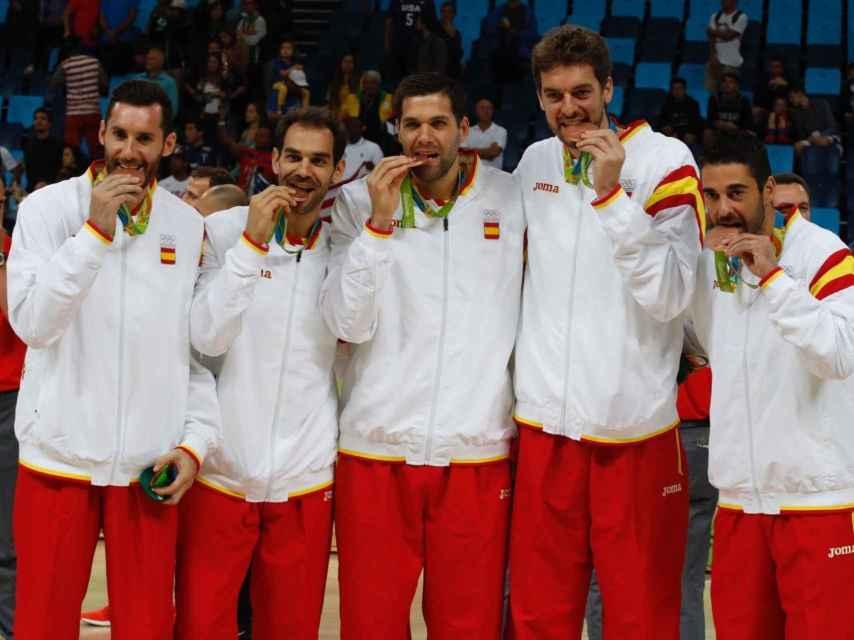 Rudy, Calderón, Reyes, Gasol y Navarro con el bronce.