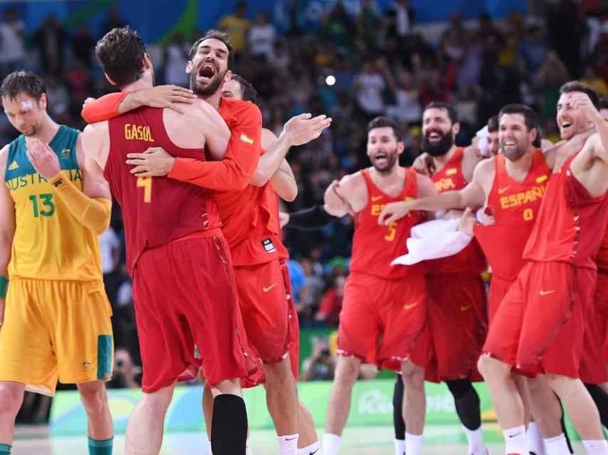 Calderón se abraza a Gasol tras la consecución del bronce.