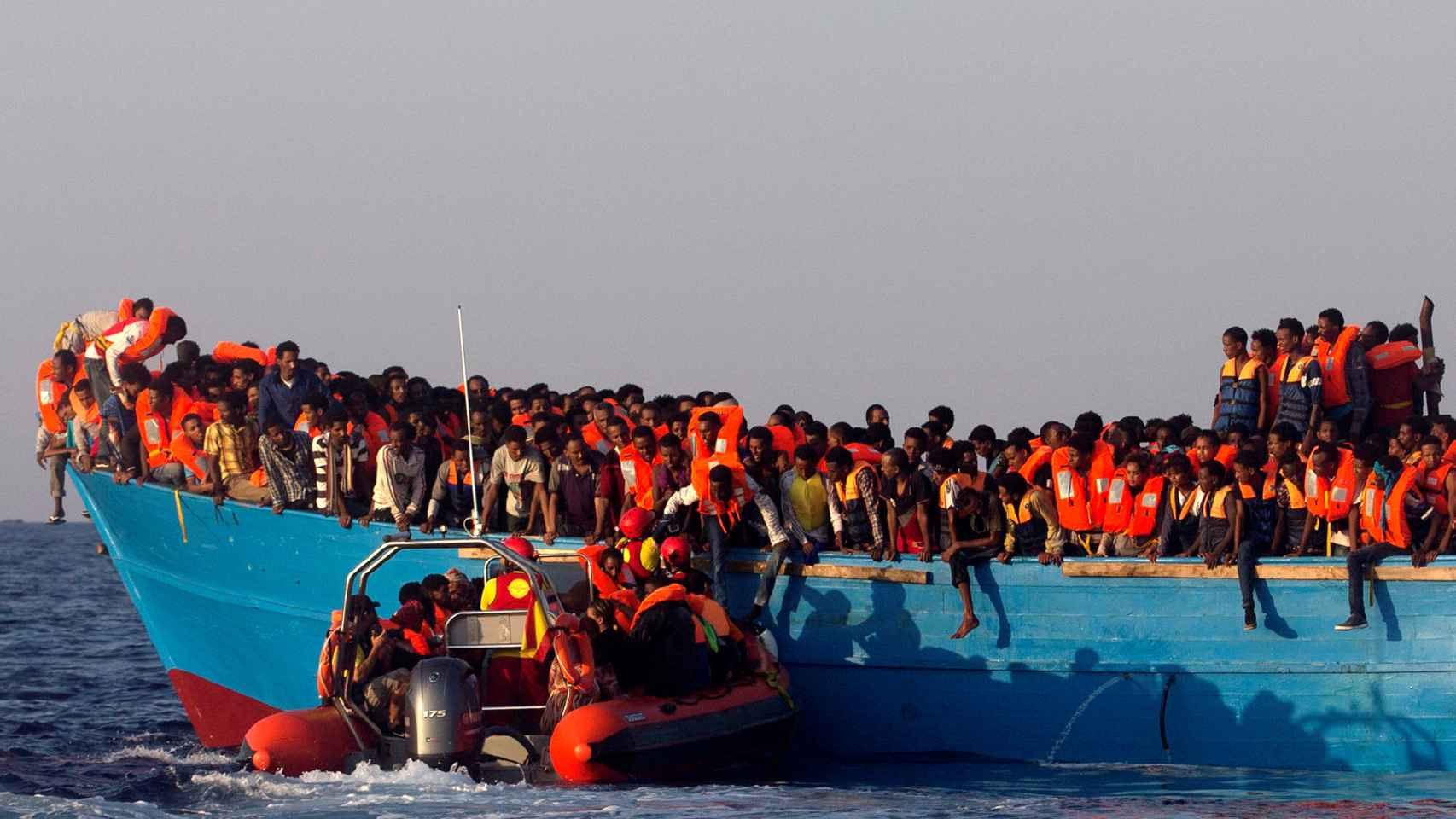 En la barca de madera viajaban entre 600 y 700 personas según MSF.