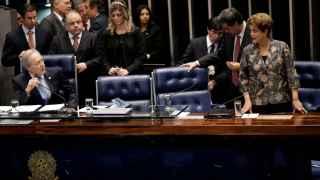 La presidenta de Brasil afirma ser víctima de una conspiración.