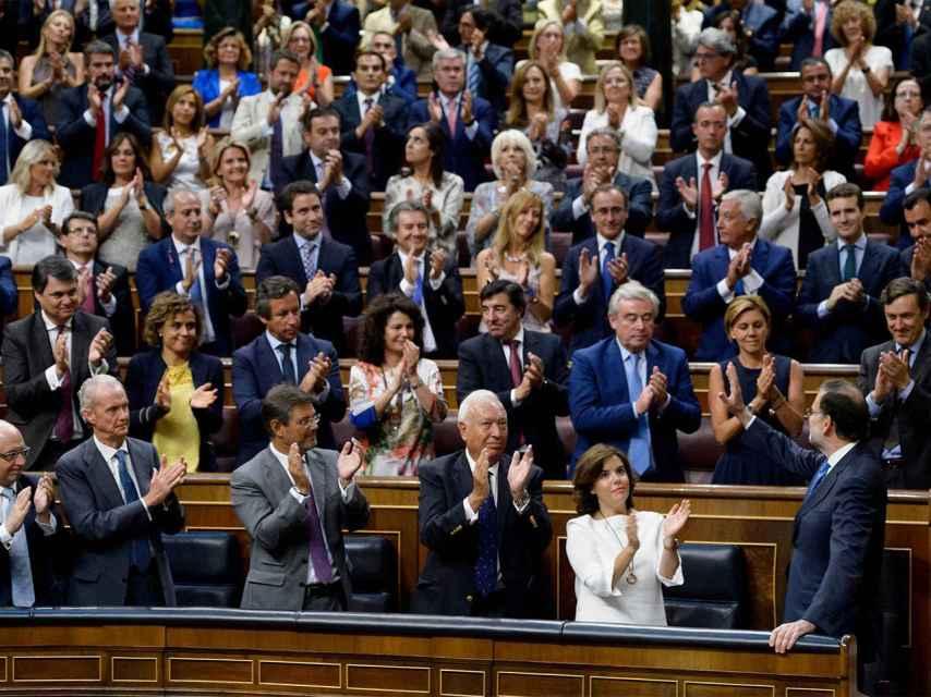 El candidato a la investidura recibe el aplauso de los diputados del PP. / Dani Pozo