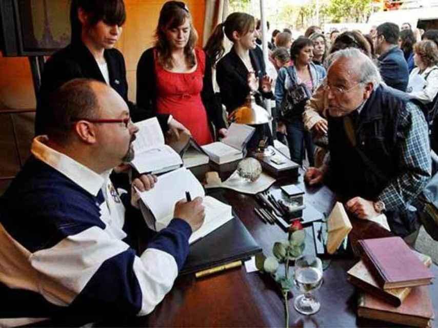 El autor Carlos Ruiz Zafón firmando su obra en Sant Jordi.