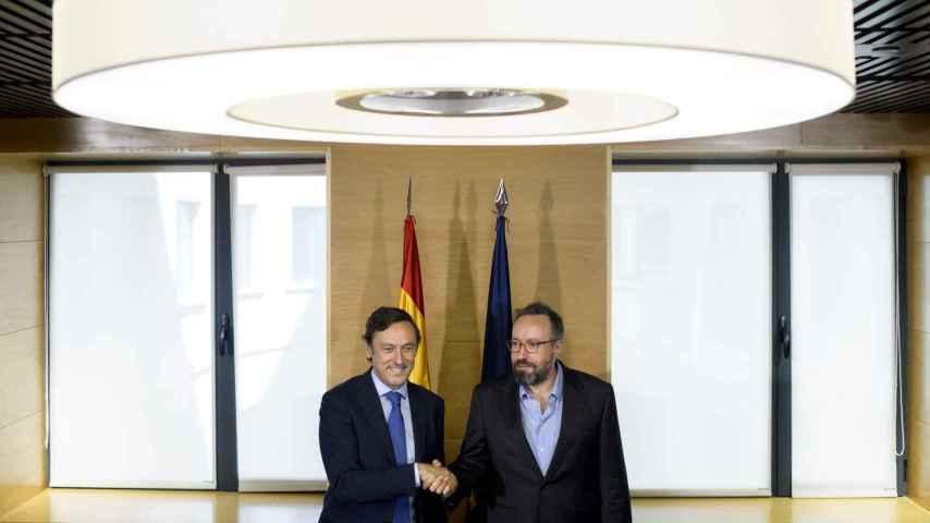Rafael Hernando y Juan Carlos Girauta durante la firma del acuerdo de investidura.