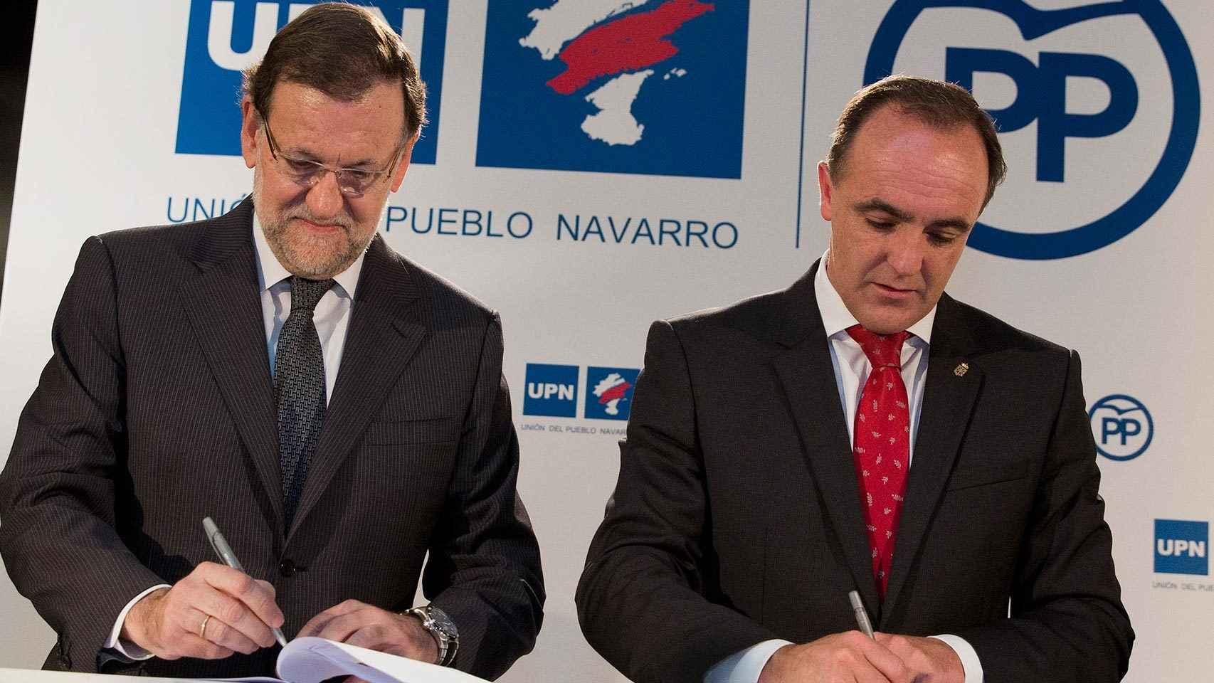 Mariano Rajoy y Javier Esparza firman el pacto entre PP y UPN.