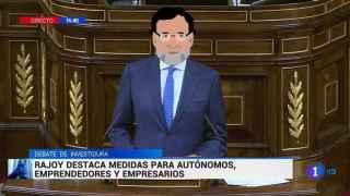 Mariano Rajoy interviniendo en el Parlamento con un emoji sobre su cara.