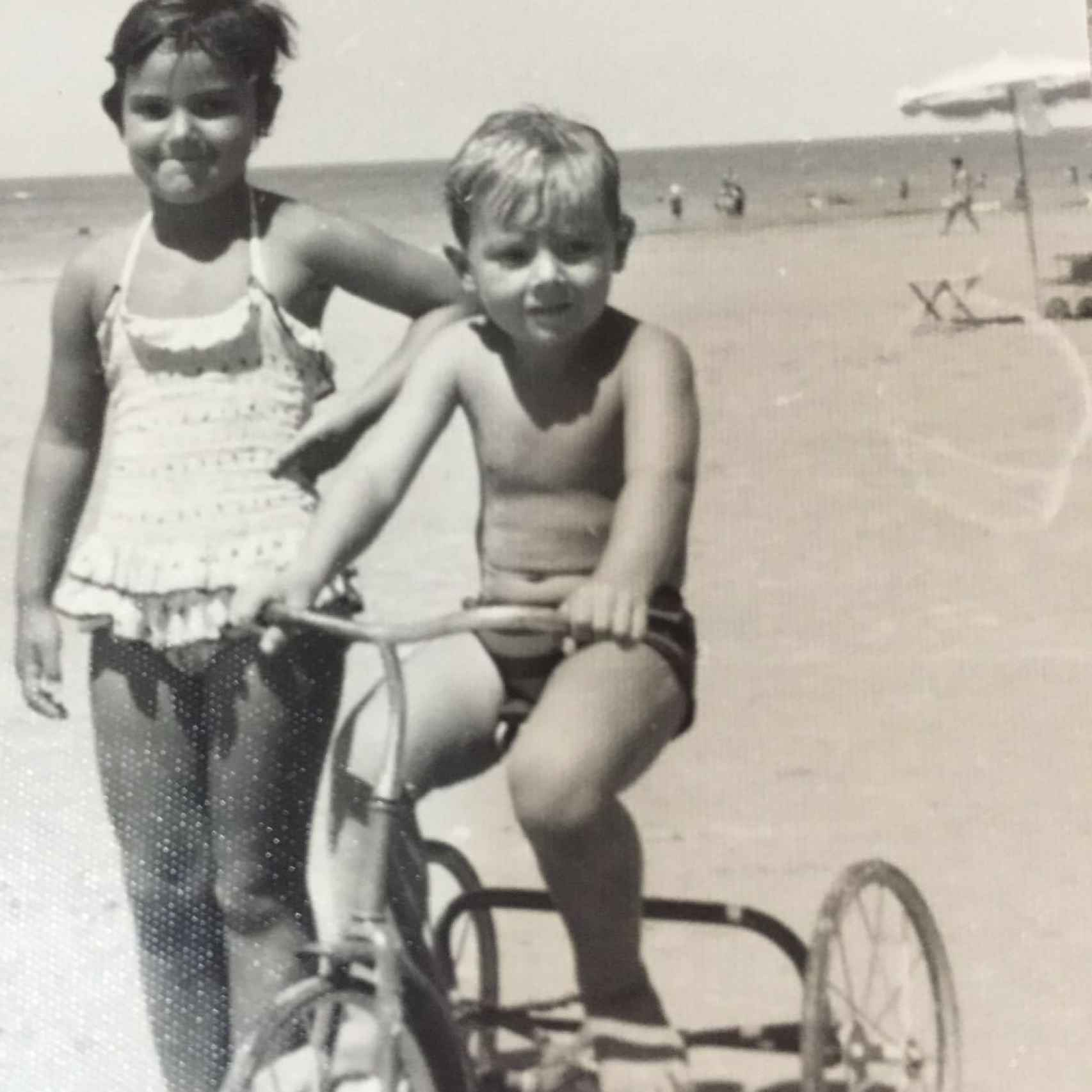 El cantante con su hermana Araceli cuando tenía 6 años
