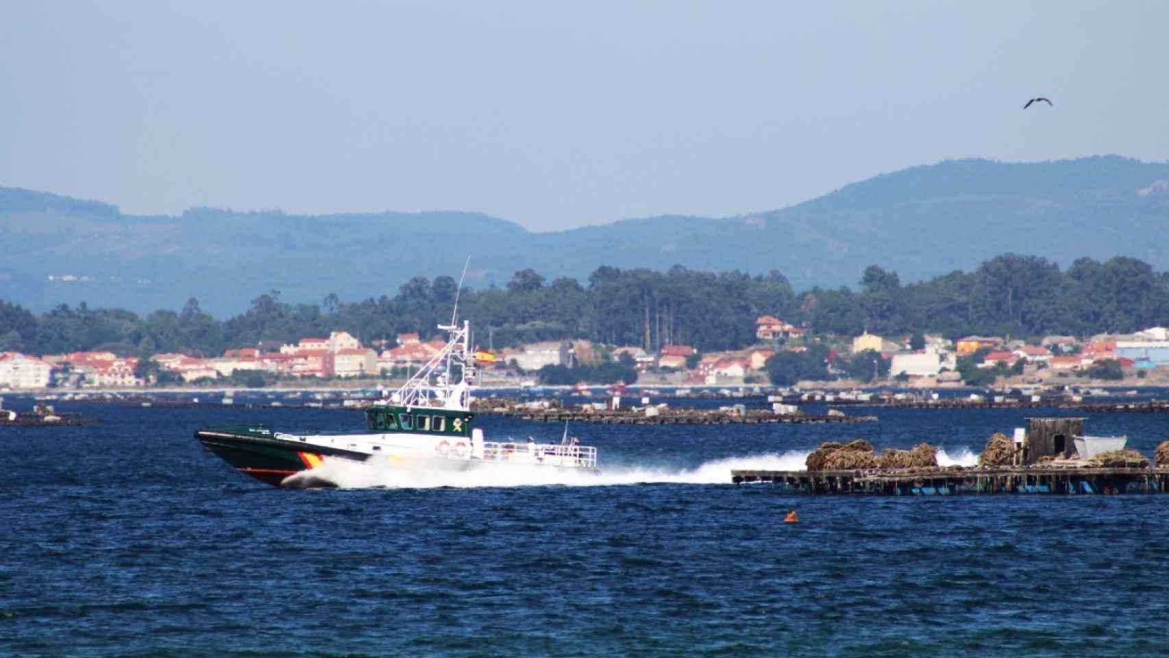 Una patrullera de la Guardia Civil busca indicios en el mar de A Pobra.
