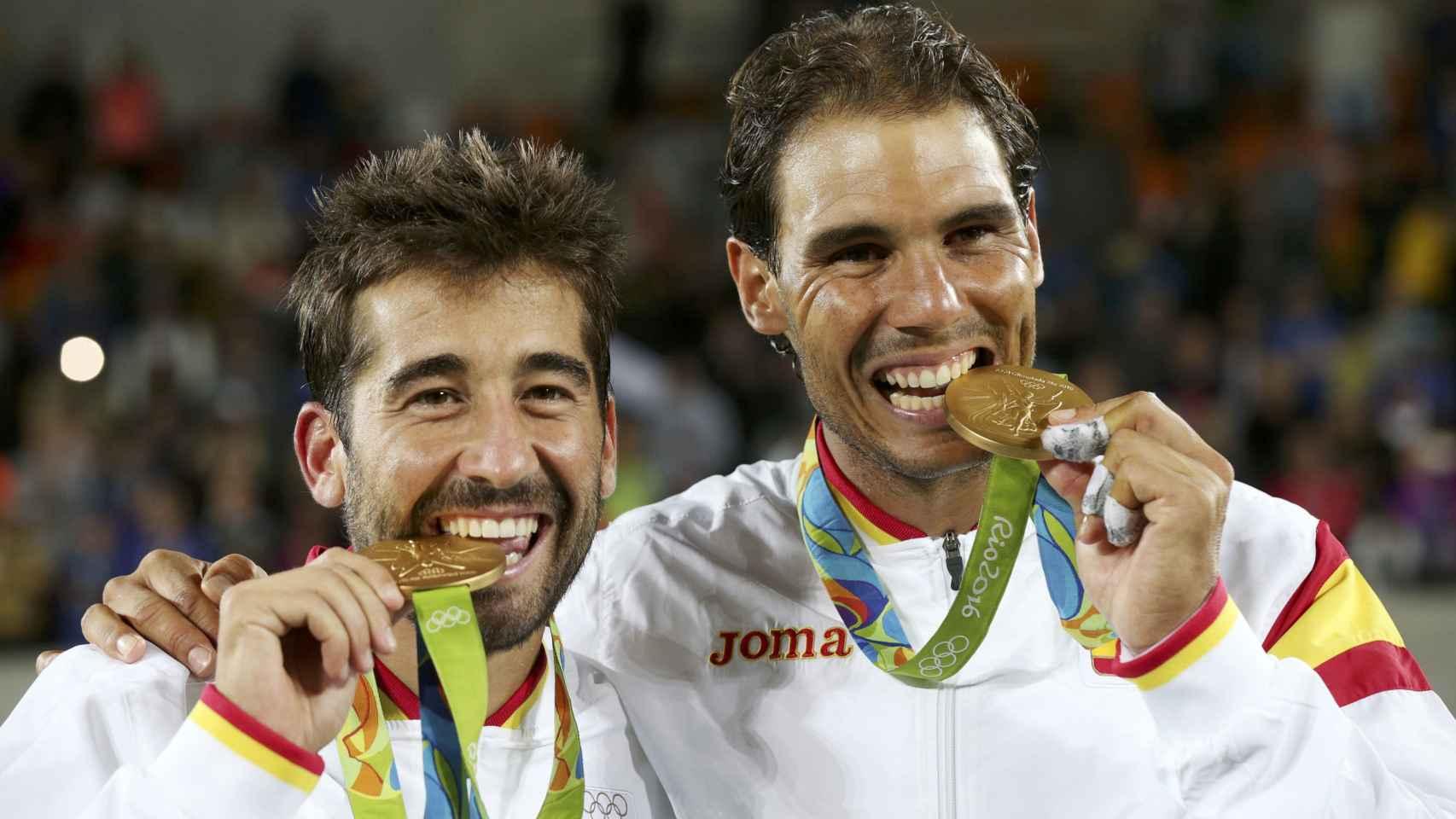 Marc López y Rafa Nadal con el oro olímpico en dobles.