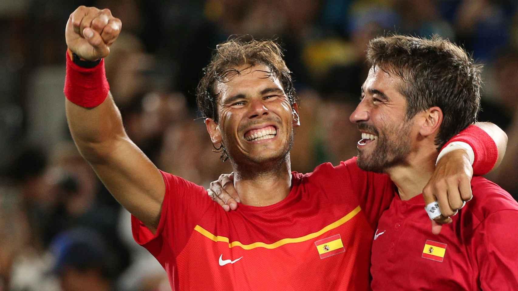 Nadal y López celebran la victoria en la final olímpica.